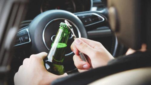 Alkohol za volant nepatří, ale ne každý se toho drží.
