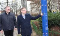 Místostarosta Prahy 2Jan Korseska a Vojtěch Fried ze společnosti Pražské energetika představují chytrou lampu.