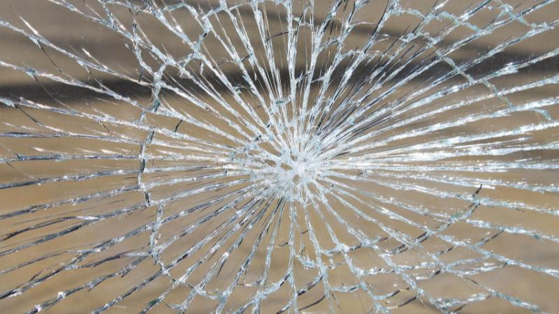 Zdrogovanou řidičku prozradilo prasklé přední sklo.