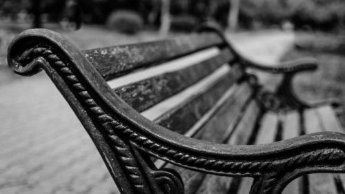 Nebožtíka našli kolemjdoucí ležet na lavičce.