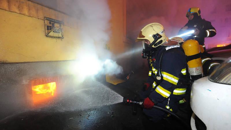 Požár sklepa v pražských Vršovicích.