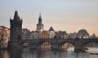 Krásy Prahy obdivují miliony turistů ročně.