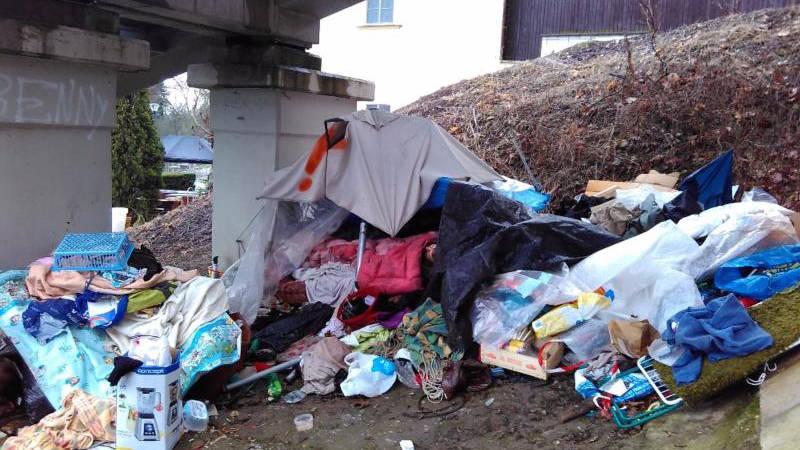 Pořádnou haldu nepořádku po sobě bezdomovci nechali na Petříne.