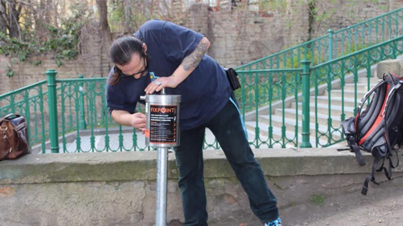 U Nuselských schodů byl nainstalován další koš na použité injekční stříkačky.