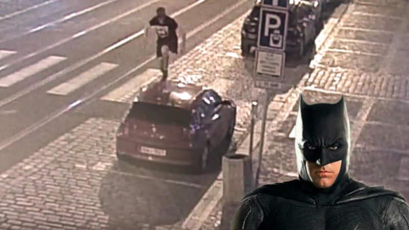 Řádění Batmana v centru Prahy zachytily bezpečnostní kamery.