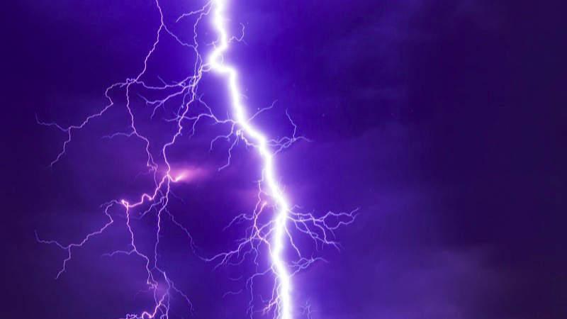 Bouřka budou doprovázené krupobitím a přívalovým deštěm.