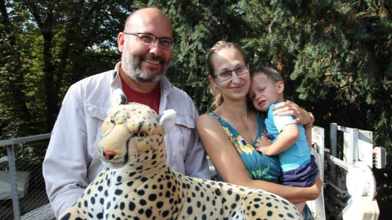 Paní Jana Urbanová, která přišla do Zoo Praha letos jako miliontá v pořadí, přebírá se synem Péťou od ředitele Miroslava Bobka plyšového geparda a další dárky.