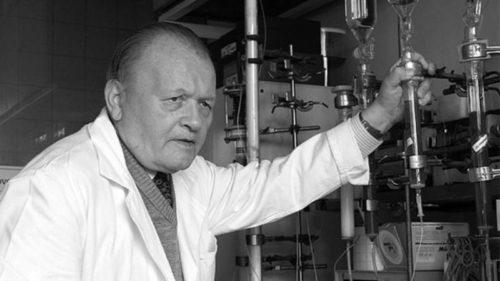 Antonín Holý v laboratoři.
