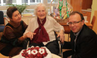 Fotografie z ledna 2018, kdy paní Květoslava Hraošová slavila 108. narozeniny.