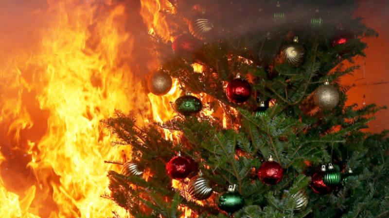 Hořící vánoční stromeček (ilustrační foto).