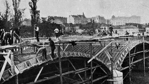 Průběh stavby most zachycuje fotografie z roku 1910.