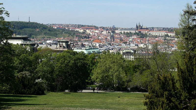 Výhled na centrum Prahy z Riegrových sadů.