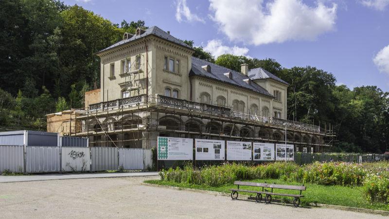 Kdysi proslulá Šlecjtova restaurace nyní prochází rekonstrukcí.