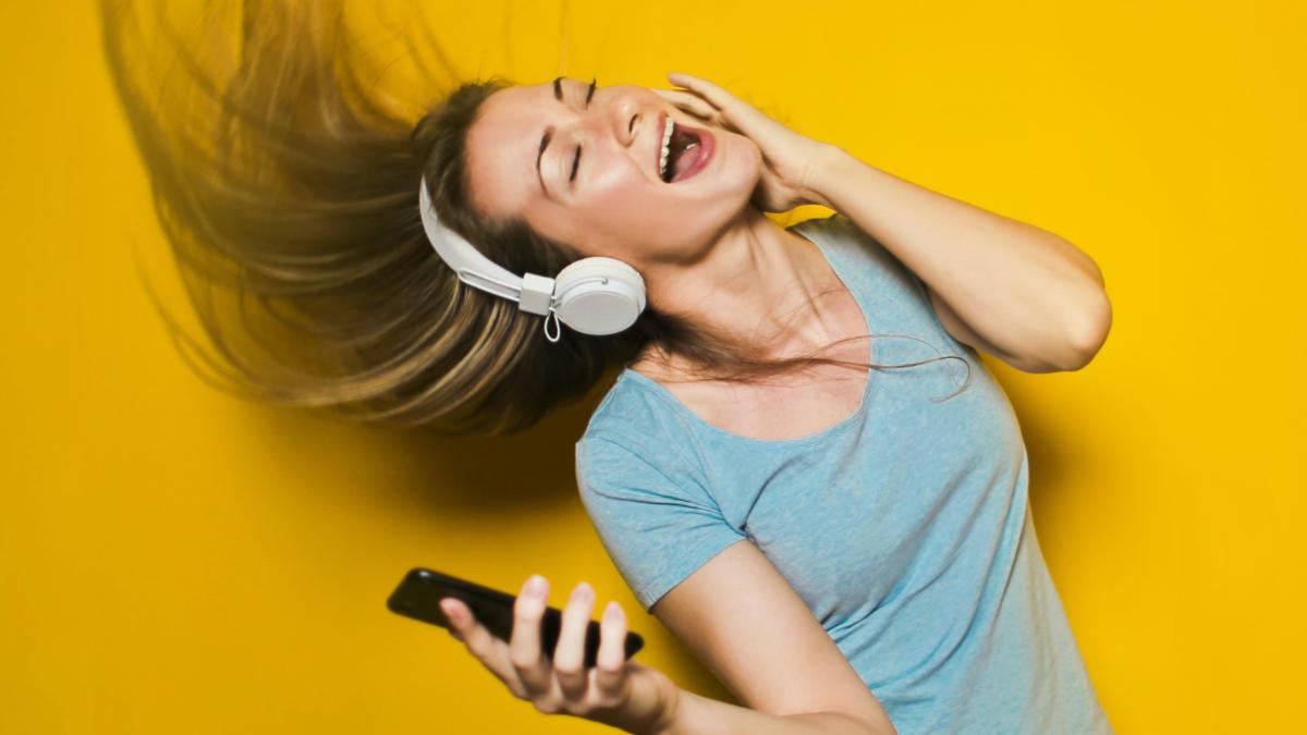 Dívka poslouchající hudbu
