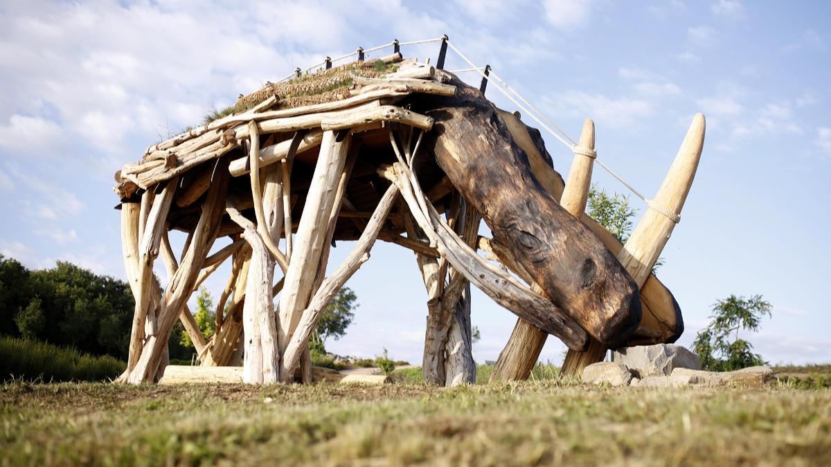 Socha nosorožce v Praze–Lysolajích